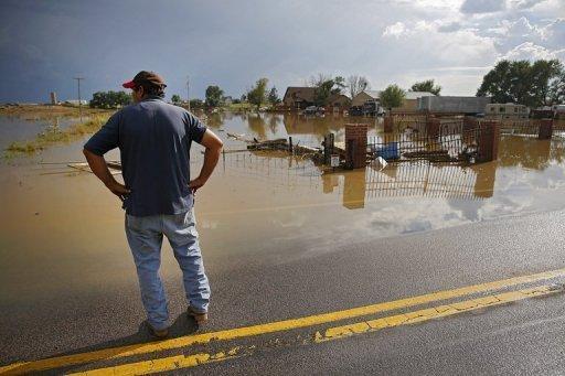 Manuel Sanchez prend dans la vue de sa maison inondée et des biens le 14 Septembre 2013, à La Salle, dans le Colorado.