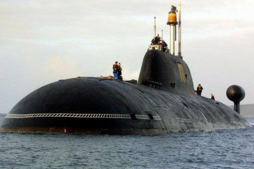Un Akula-classe sous-marin russe (Shark) nucléaire près ouest de la France, le 21 Septembre 2004.