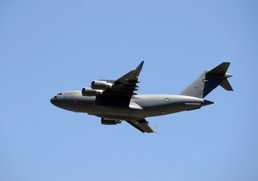 Un Boeing C-17 Globemaster III survole la longue piste de l'aéroport de plage le 10 mai 2011 à Long Beach, en Californie.