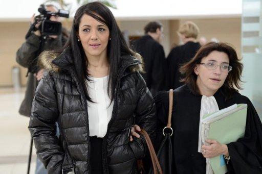 Bouchra Bagour (L), la mère d'un garçon nommé Jihad qui est né le 11 Septembre, quitte le palais de justice d'Avignon, dans le sud de la France le 19 Décembre 2012.