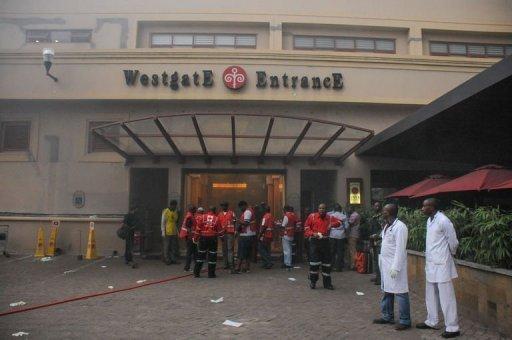 membres de l'équipe de sauvetage attendent à l'entrée du centre commercial Westgate à Nairobi pour sauver des otages, le 21 Septembre 2013.