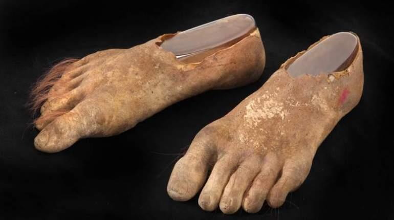 Les pieds prothétiques du Hobbit.