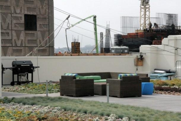 Le toit-jardin de Twitter a vue sur la ville, de la verdure et des canapés en plein air