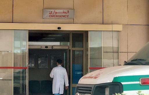 Un personnel médical entre dans la section des urgences d'un hôpital local dans le centre de la capitale saoudienne Riyad, le 13 mai 2013