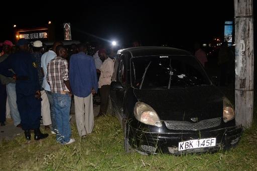 Des Kenyans se rassemblent autour de la voiture criblée de balles de imam Cheikh Ibrahim Ismail qui a été tué dans la fusillade le 3 Octobre 2013.