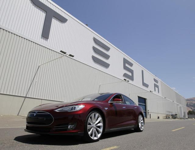 La photo d'archives montre la conduite d'un modèle Tesla de l'usine à Fremont