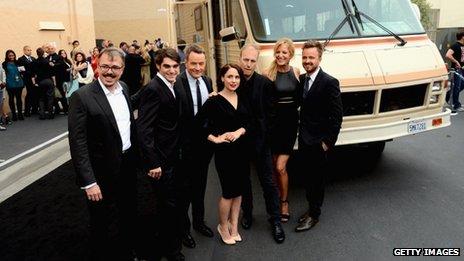 Vince Gilligan (à gauche) apparaît avec l'équipe de Breaking Bad