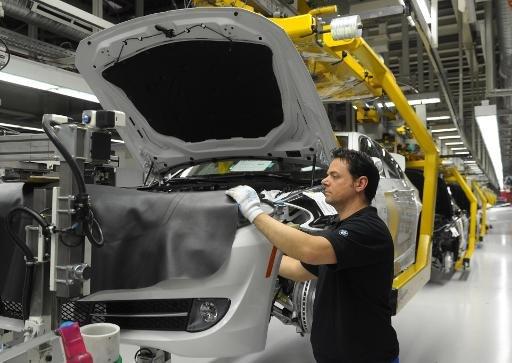 Un employé travaille à la chaîne de montage du constructeur automobile allemand BMW usine de Dingolfing, sud de l'Allemagne le 23 Mars 2012