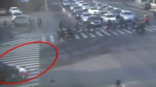 La femme conduisait d'une bicyclette électrique quand elle a été frappée par une voiture