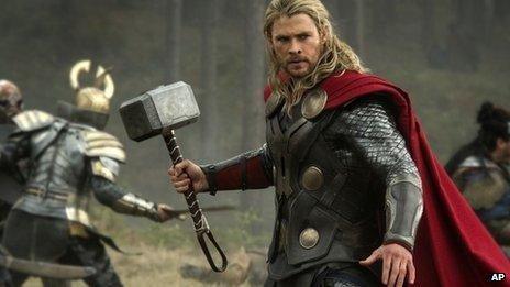 Chris Hemsworth reprend son rôle de super-héros dans le film Thor: The Dark World