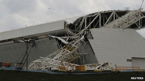 Une partie de la tribune et d'un panneau de LED à l'extérieur du stade ont été endommagés