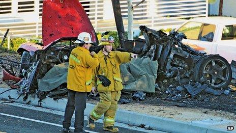La voiture de sport a pris feu après le crash