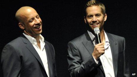 Vin Diesel (à gauche) a déclaré que la mort de l'acteur l'avait laissé «sans voix»