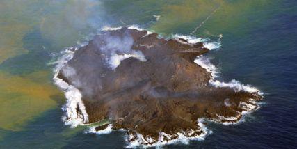 l'activité volcanique fait naître une île au  large du Japon