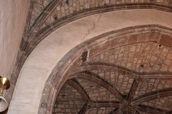un bloc de pierre du plafond assomme  le père Juretig