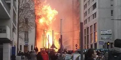 l'incendie gigantesque provoque des blessures à quatre personnes, une personne demeure introuvable