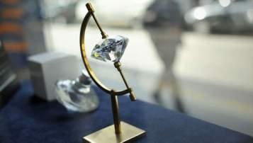 il se fait passer pour un acheteur et vole des diamants