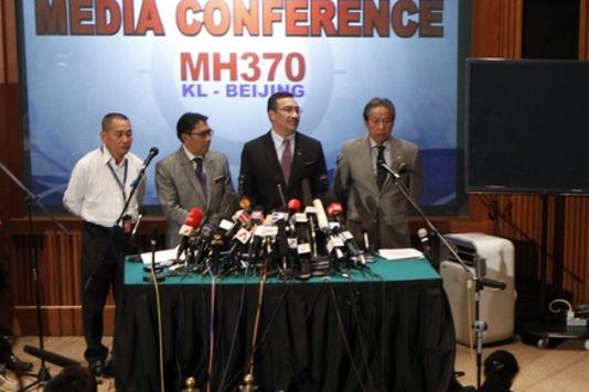 Conférence de presse du directeur de la Malaysia Airlines, Ahmad Jauhari Yahya (à gauche) et du ministre des transports malaisien Hishammuddin Hussein (deuxième à partir de la droite), à l'aéroport de Kuala Lumpur, mardi 18 mars. | REUTERS/EDGAR SU