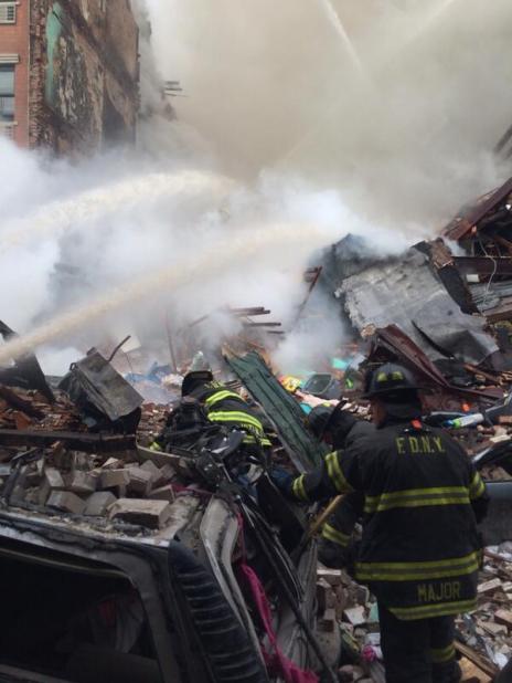 Les débris de l'explosion des bâtiments.
