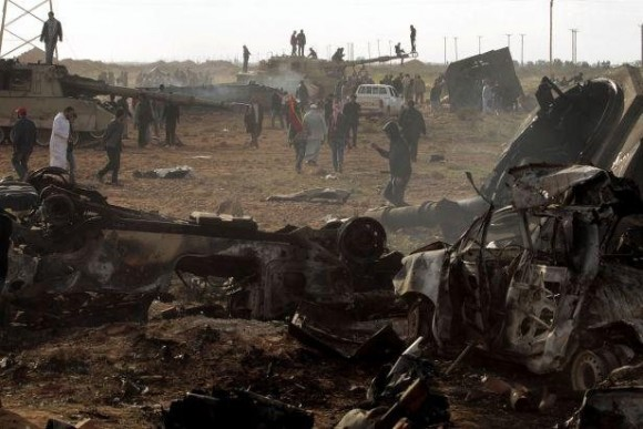 Des véhicules des forces pro-Kadhafi détruits par les raids aériens