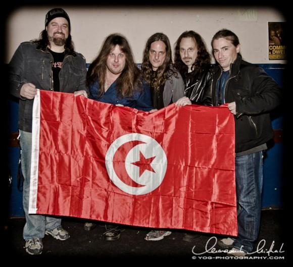 Le groupe Symphony X avec le drapeau Tunisien