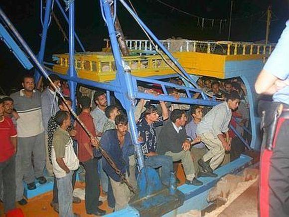 210 tunisiens arrivent le lundi, 04 avril 2011, à Lampedusa
