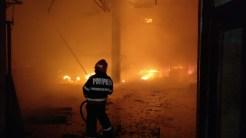 Flăcările au cuprins în scurt timp întreaga clădire. FOTO ISU Delta Tulcea