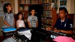 Lecții de muzică pentru copiii din Turcoaia cu profesorul de canto Florin Potârniche. FOTO Tlnews.ro