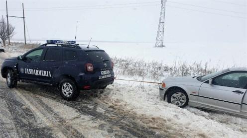 Jandarmii tulceni au ajutat și alți trei bărbați care rămăseseră blocaţi cu maşinile în zăpadă. FOTO Facebook IJJ Tulcea