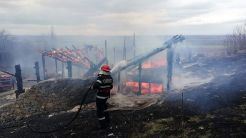 O machetă decor de film, distrusă într-un incendiu în apropiere de Măcin. FOTO ISU Tulcea