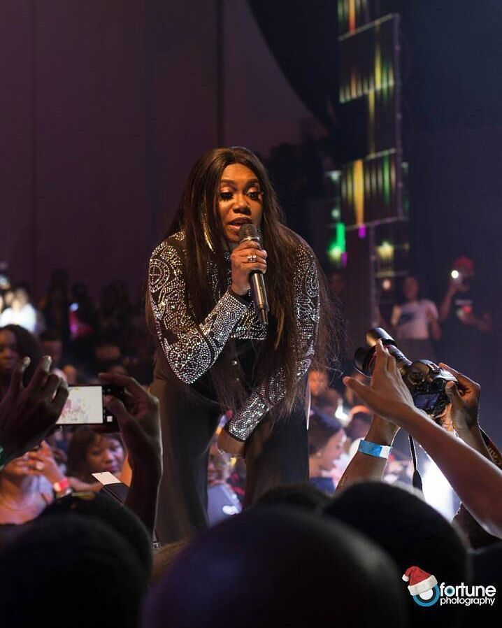 Watch Niniola Fends Off Male Fan Who Tried To Grab Her During Performance At DJ Kaywise JOOR Concert 3