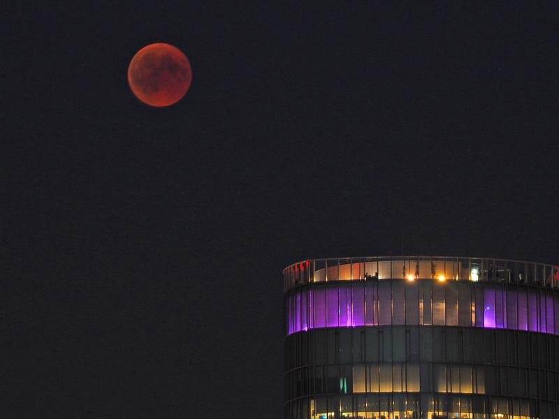 Blutmond am LVR-Tower