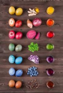 Farbige Eier, färbende Lebensmittel und Sud auf einem Holzboden