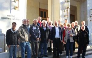 Besuchergruppe vor dem Landtag