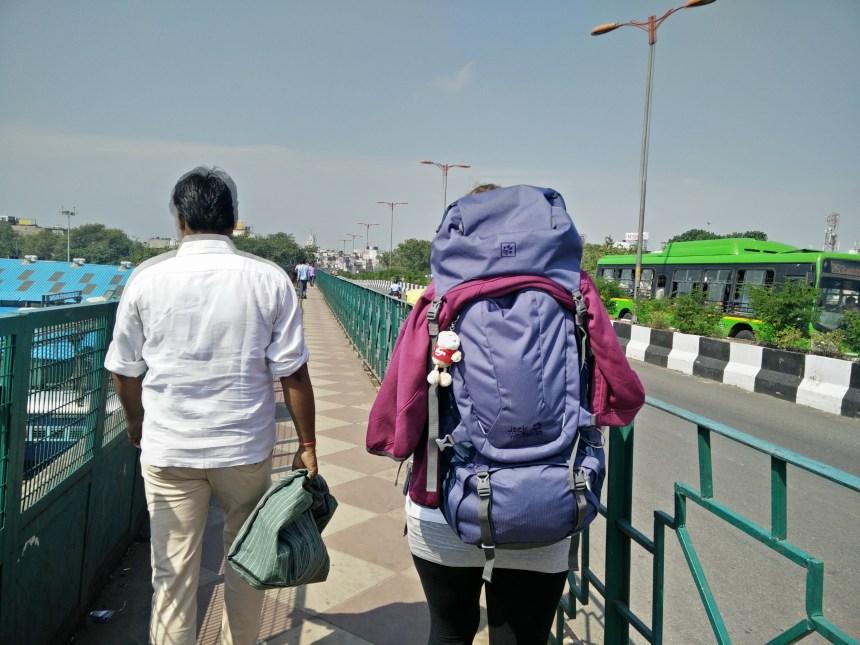 Mit Sack und Pack auf der Suche  nach dem Hotel