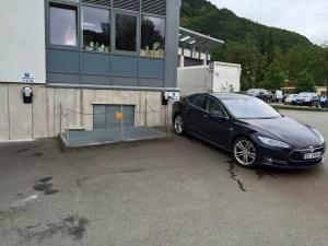 Plass til to biler i Stryn