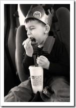El niño hiperactivo se cree el rey de la casa.