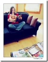 Leyendo una revista.