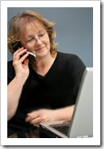 Feliz, chateando online y hablando por teléfono