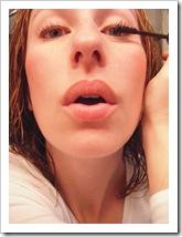 Mujer maquillándose