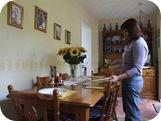 Poniendo la mesa, haciendo la comida, limpiando...