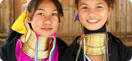 Jóvenes chicas alargando sus cuellos para verse bellas.