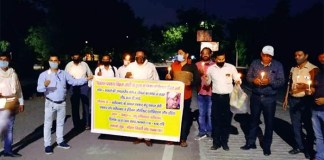 Indian Journalists Association of India Faridabad district under the leadership of Mohan Tiwari took out a huge candlemark and expressed anger against the killers of journalist Vikram Joshi.