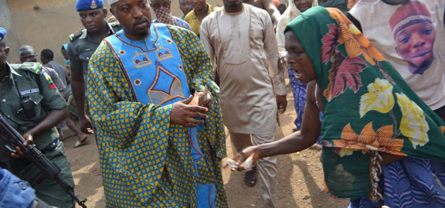 Stomach Infrastructure: The Oluwo of Iwo shares money to his subjects(photos)