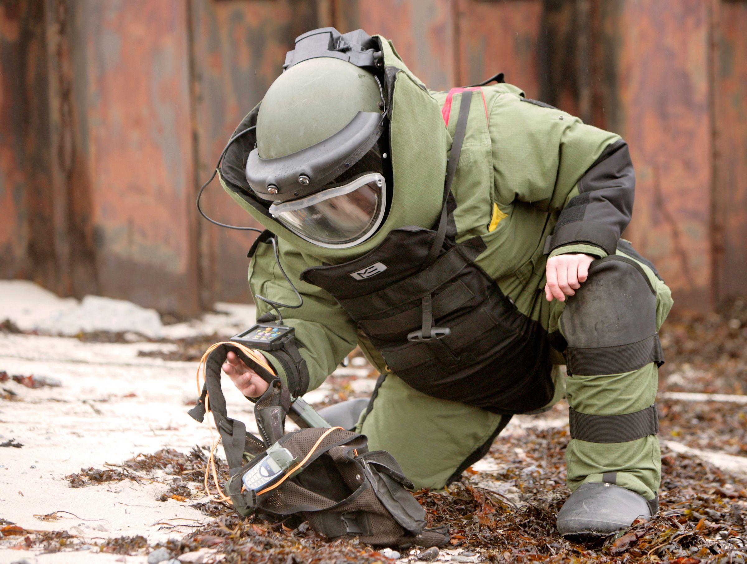 Untersuchung einer verdächtigten Weste auf Sprengstoff.