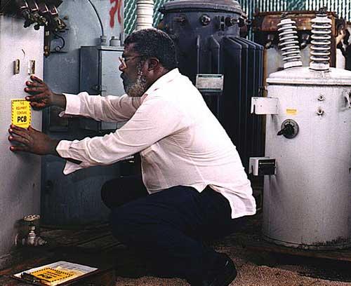 Etiquetado de advertencia en una instalación eléctrica con PCB.