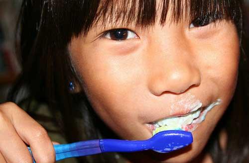 Messy lavándose los dientes