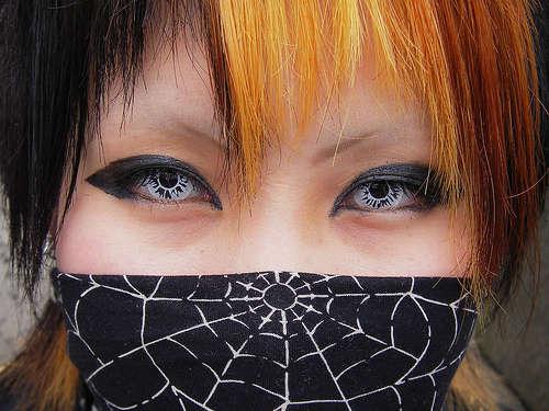 Chico japonés con mascarilla