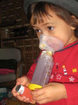Chico usando un inhalador