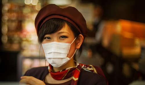 Chica japonesa con mascarilla blanca